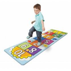 Petit garçon jouant avec le tapis de jeu marelle