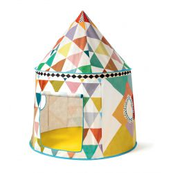 Tente Djeco cabane multicolore dans chambre d'enfant